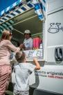 Nica di Pietrantonio al lavoro sul furgone Gelato Km 0